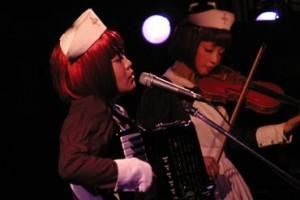 Yuka à l'accordéon, Sachi au violon
