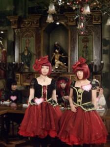 Les Kokusyoku Sumire sur fond de Christon Café