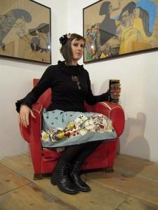 La Môme Néant trônant sur son fauteuil rouge pendant le vernissage à l'Issue