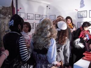 Lolitas parcourant le vernissage à l'Issue