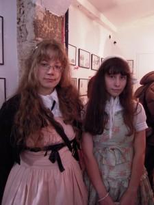 Eleonora et Zoë au Vernissage à l'Issue
