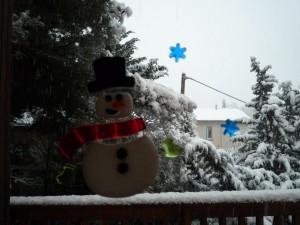 Décorations hivernales sur la fenêtre