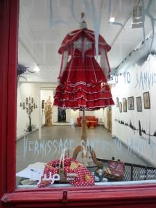 Tenue du Petit Chaperon Rouge en devanture de la galerie l'Issue