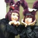 Les Kokusyoku Sumire avec des oreilles de lapin en fourrure violette