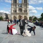Ogi avec les Kokusyoku Sumire devant Notre-Dame