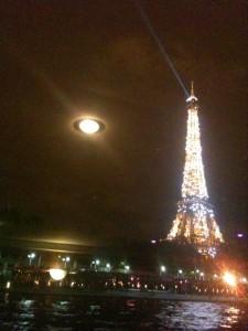 Ovni volant autour de la Tour Eiffel