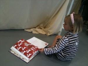 Petite fille lisant Gothic Lolita